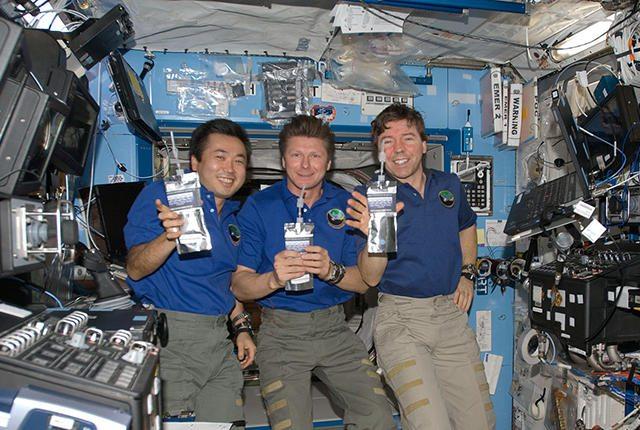 astronauts-drinking-header