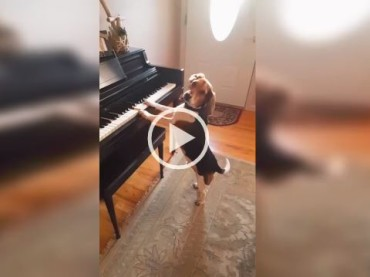 What a Performance! This Beagle Has Real Vocal and Piano Skills